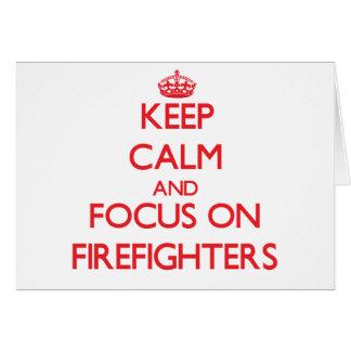 Guarde la calma y el foco en bomberos tarjeta de felicitación