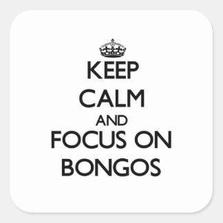 Guarde la calma y el foco en bongos calcomanía cuadradas personalizada