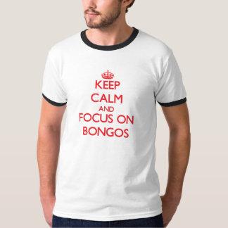 Guarde la calma y el foco en bongos playera