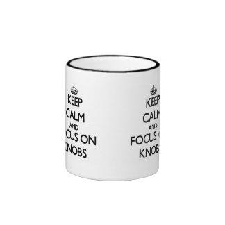 Guarde la calma y el foco en botones taza de dos colores