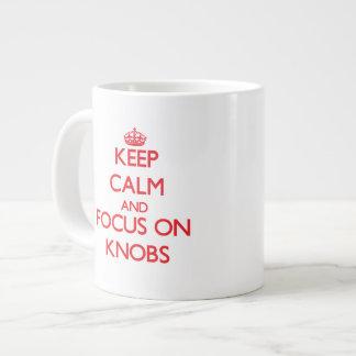 Guarde la calma y el foco en botones taza grande