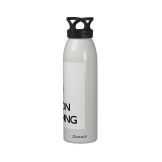 Guarde la calma y el foco en Brandishing Botallas De Agua