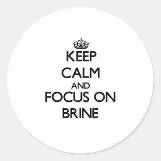 Guarde la calma y el foco en Brine Etiqueta Redonda