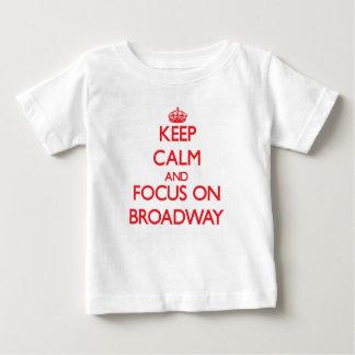 Guarde la calma y el foco en Broadway Playera Para Bebé