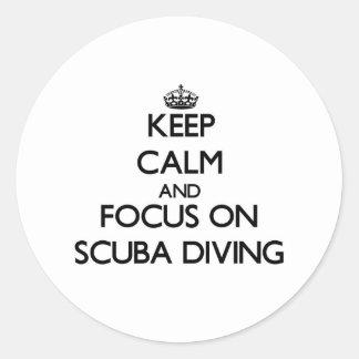 Guarde la calma y el foco en buceo con escafandra pegatinas redondas