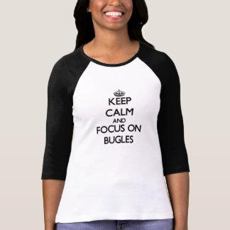 Guarde la calma y el foco en bugles camisetas