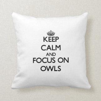 Guarde la calma y el foco en búhos almohadas