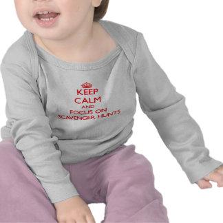 Guarde la calma y el foco en búsquedas de objetos camisetas