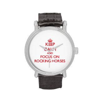Guarde la calma y el foco en caballos mecedora reloj de mano