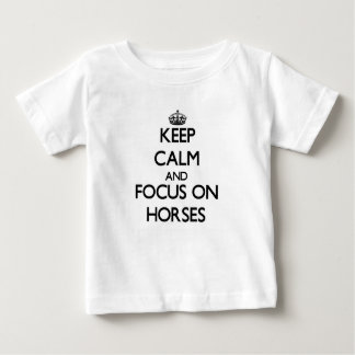 Guarde la calma y el foco en caballos tee shirt