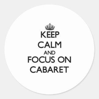 Guarde la calma y el foco en cabaret etiqueta redonda