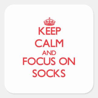 Guarde la calma y el foco en calcetines pegatina cuadrada