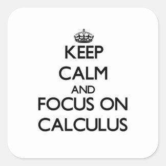 Guarde la calma y el foco en cálculo pegatina cuadrada