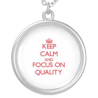 Guarde la calma y el foco en calidad colgantes personalizados