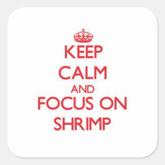 Guarde la calma y el foco en camarón pegatina cuadrada