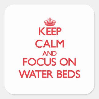 Guarde la calma y el foco en camas de agua calcomanías cuadradases