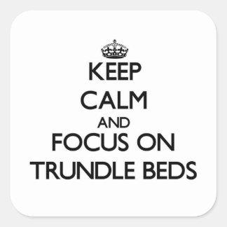 Guarde la calma y el foco en camas de ruedecilla calcomanias cuadradas