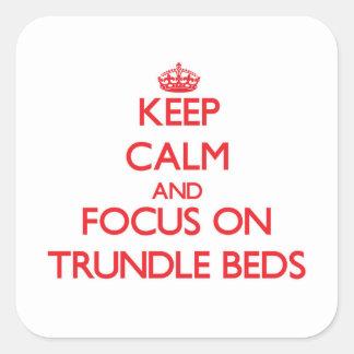 Guarde la calma y el foco en camas de ruedecilla calcomanías cuadradas