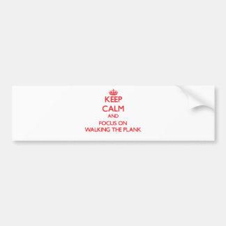 Guarde la calma y el foco en caminar el tablón etiqueta de parachoque
