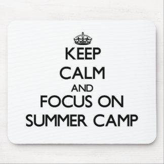 Guarde la calma y el foco en campamento de verano alfombrilla de ratón