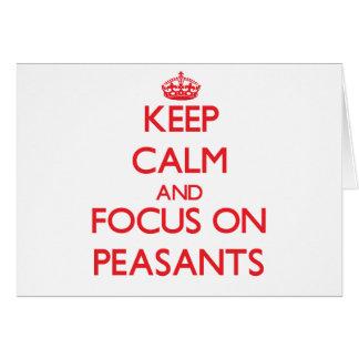 Guarde la calma y el foco en campesinos tarjeta de felicitación