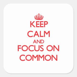Guarde la calma y el foco en campo común calcomania cuadradas personalizada