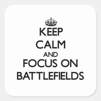 Guarde la calma y el foco en campos de batalla pegatina cuadradas