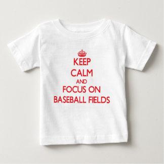 Guarde la calma y el foco en campos de béisbol t-shirts