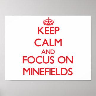 Guarde la calma y el foco en campos de minas póster