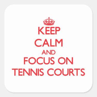 Guarde la calma y el foco en campos de tenis pegatina cuadrada