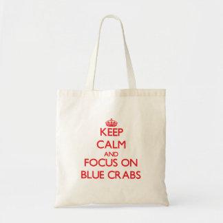 Guarde la calma y el foco en cangrejos azules bolsas de mano