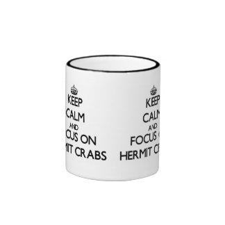 Guarde la calma y el foco en cangrejos de ermitaño tazas de café