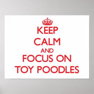 Guarde la calma y el foco en caniches de juguete impresiones