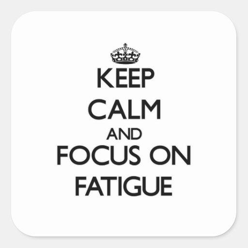 Guarde la calma y el foco en cansancio calcomania cuadrada personalizada