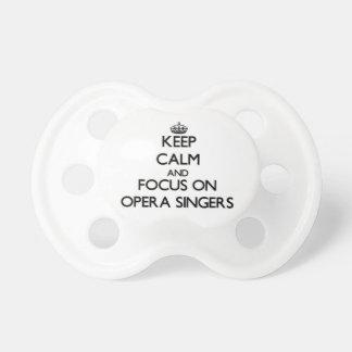 Guarde la calma y el foco en cantantes de la ópera chupetes