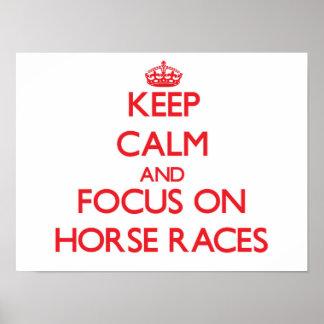 Guarde la calma y el foco en carreras de caballos poster