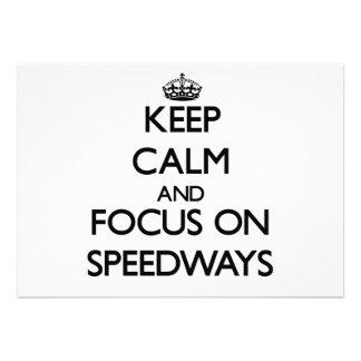 Guarde la calma y el foco en carreteras anuncios