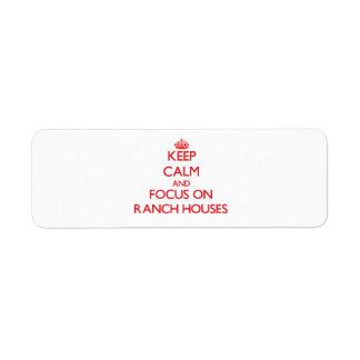 Guarde la calma y el foco en casas de rancho etiqueta de remitente
