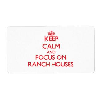 Guarde la calma y el foco en casas de rancho etiqueta de envío