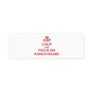 Guarde la calma y el foco en casas de rancho etiqueta de remite