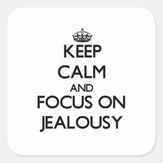 Guarde la calma y el foco en celos calcomanías cuadradass personalizadas