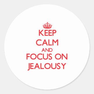 Guarde la calma y el foco en celos pegatina redonda
