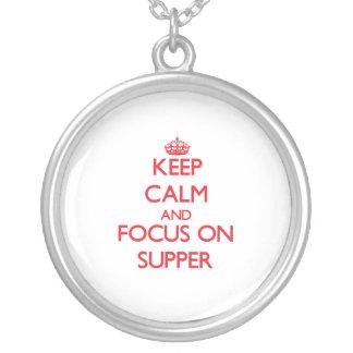 Guarde la calma y el foco en cena colgante personalizado