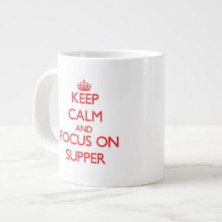 Guarde la calma y el foco en cena taza grande