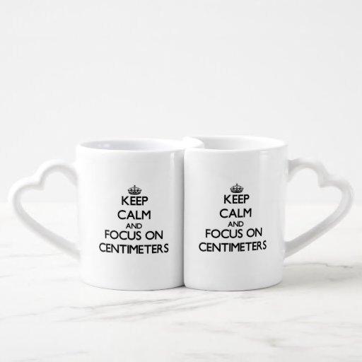 Guarde la calma y el foco en centímetros taza para parejas