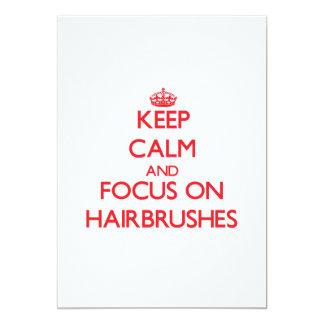 Guarde la calma y el foco en cepillos para el pelo invitacion personalizada