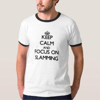 Guarde la calma y el foco en cerrarse de golpe playeras