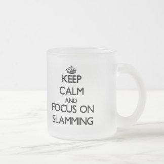 Guarde la calma y el foco en cerrarse de golpe taza de cristal