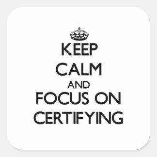 Guarde la calma y el foco en certificar calcomanía cuadradas personalizada
