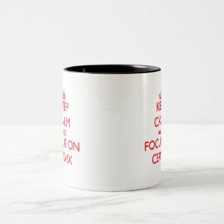Guarde la calma y el foco en cerviz taza dos tonos